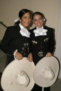 mariachis-girls-in-black